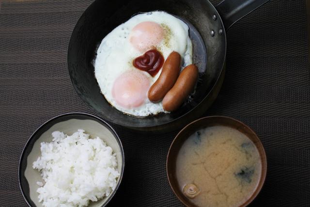 目玉焼きの朝ごはん