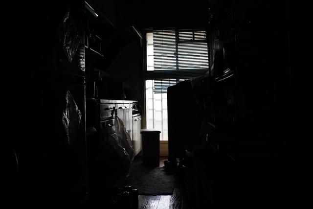 暗い団地の台所