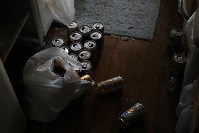 散らばるチューハイの空き缶