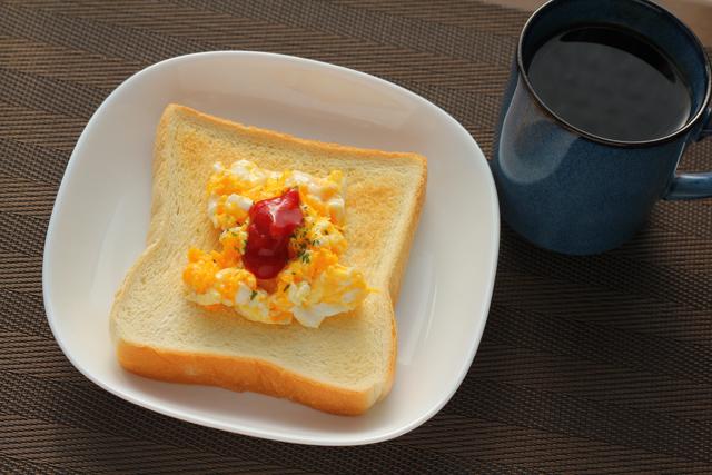食パンにスクランブルエッグ