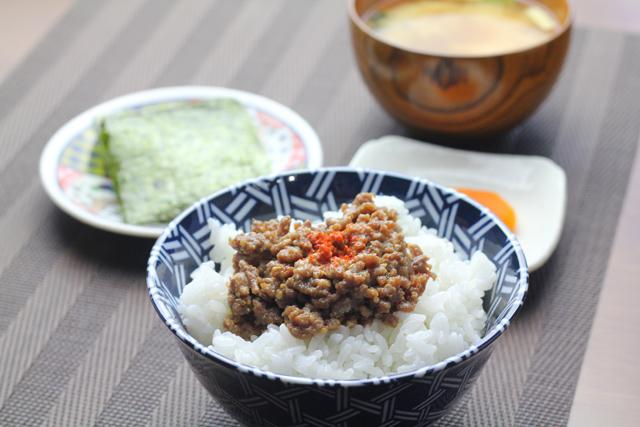 肉味噌ご飯の朝食