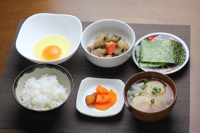 卵ご飯とぶつ切りきんぴらの朝食