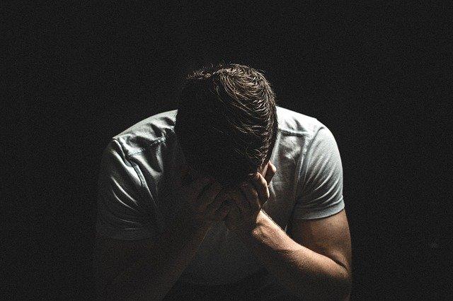 悲しむ男のイメージ
