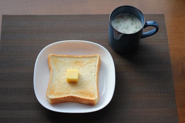 食パンのシンプルな朝食
