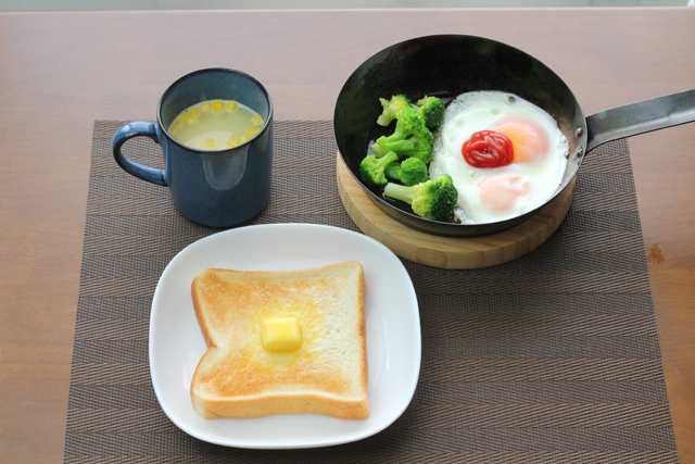 即パンと目玉焼きの朝食
