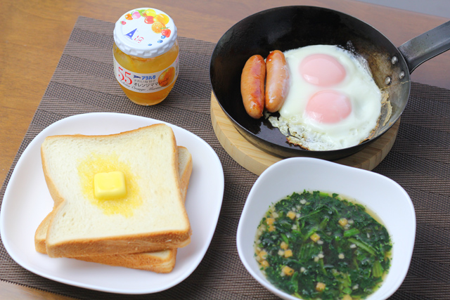トーストと卵焼きの朝食
