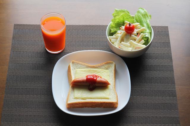 トーストとサラダ
