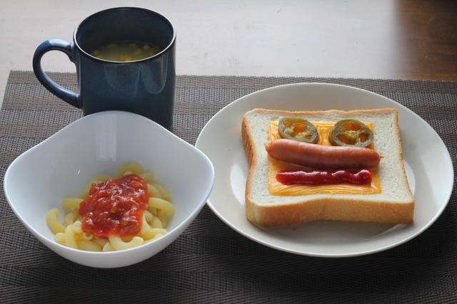 トーストとパスタの朝食