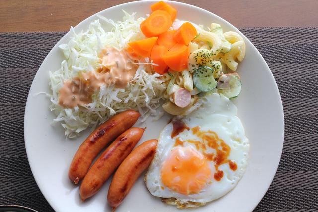ソーセージと目玉焼きの朝食