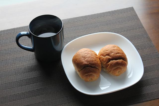 ロールパンとコーヒー
