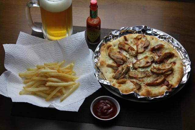 チキングラタンピザとフライドポテト