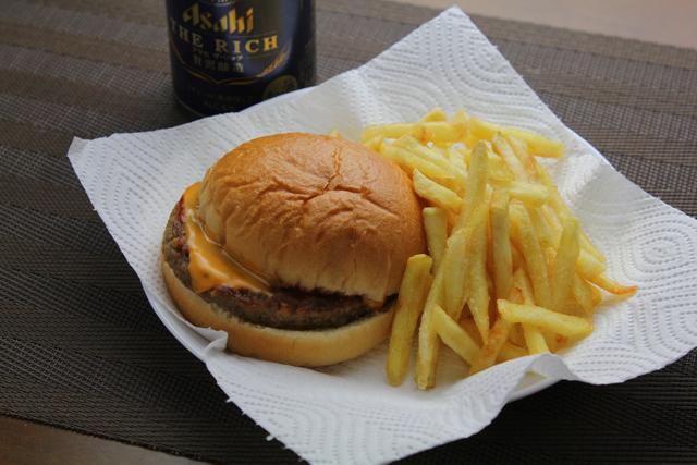 チーズバーガーとフライドポテト