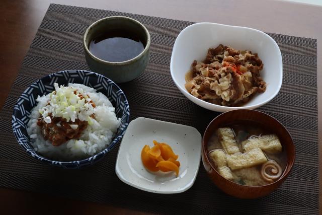 牛小皿と納豆