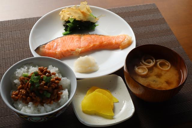 焼き鮭と納豆